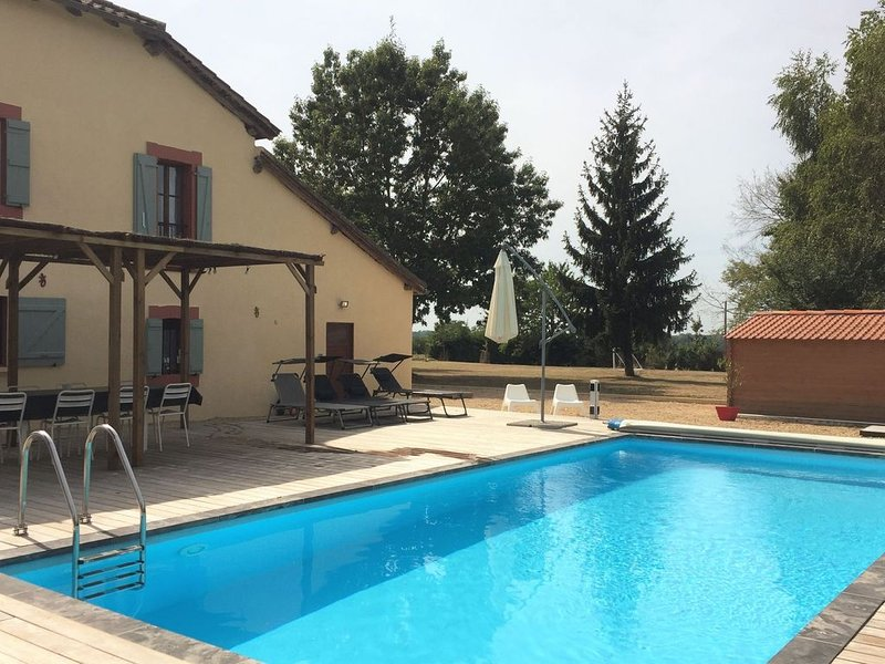 Former Presbytery with private pool and views of the Pyrenees, vakantiewoning in Monguilhem