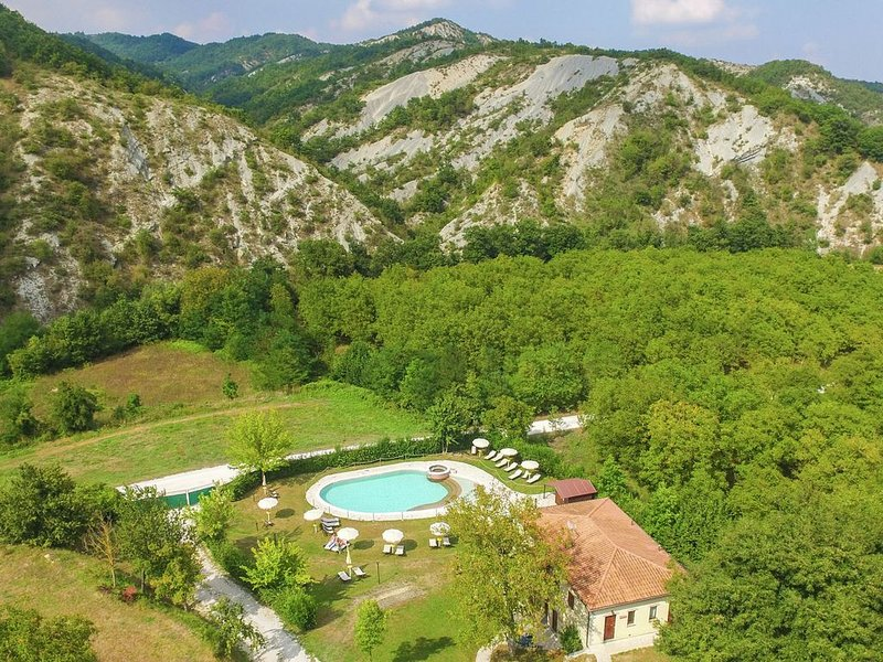 Luxurious Mansion in Apecchio with Swimming Pool, location de vacances à Sant'Angelo in Vado
