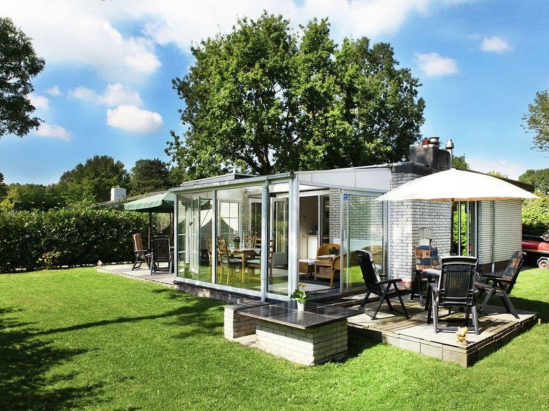 Comfortably furnished bungalow on Lake Veere., vacation rental in Wolphaartsdijk