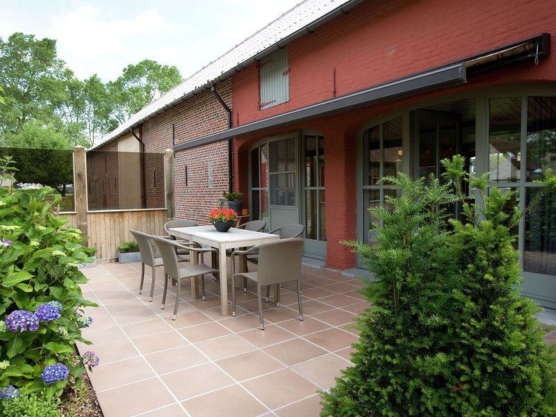 Very tastefully furnished home with garden and terrace, not far from the coast, holiday rental in Knesselare