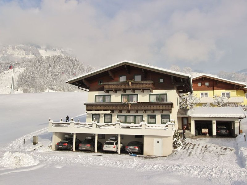 Lovely apartment with four bedrooms, right by the lift., location de vacances à Hollersbach im Pinzgau