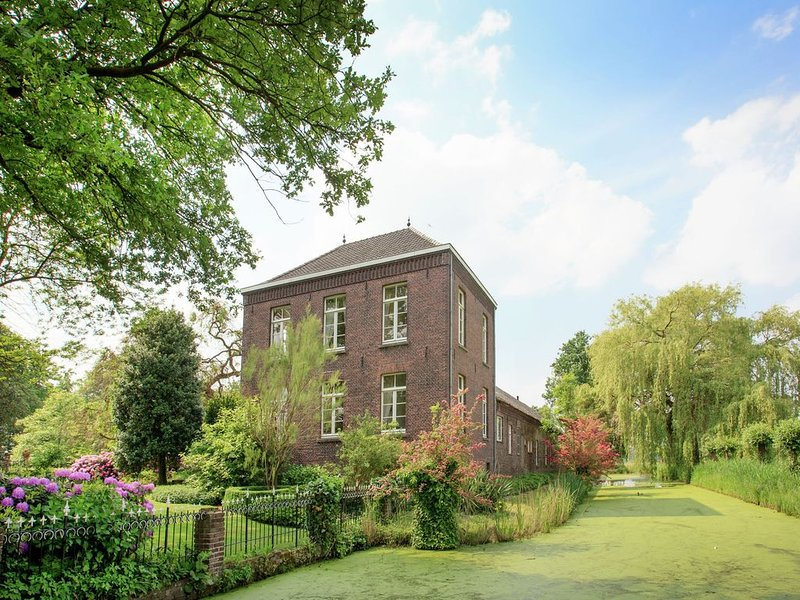 Splendidly situated farm castle with historic value., holiday rental in Broekhuizen