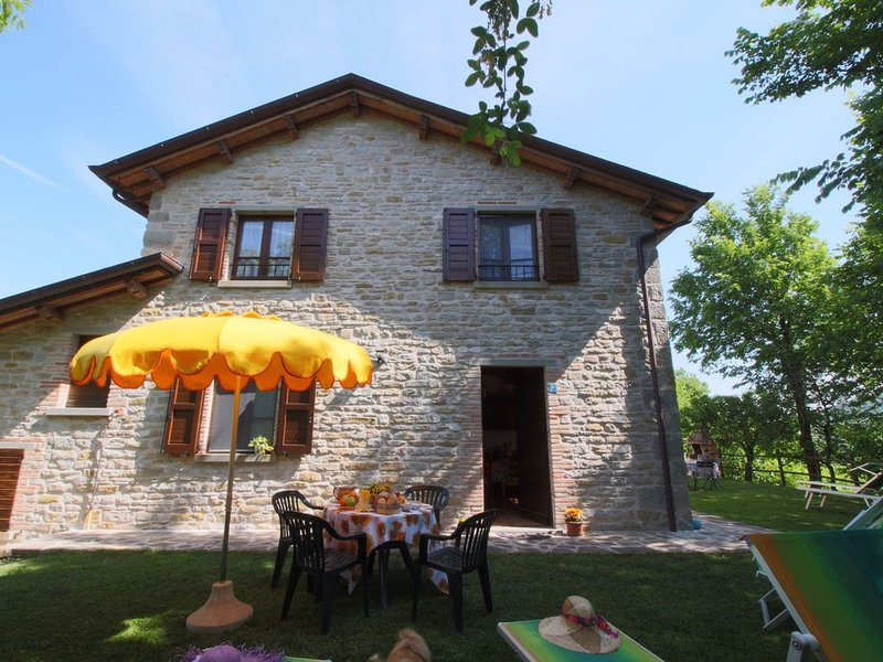 Country house with pool at 700 meters, cycling and walking opportunities, location de vacances à Serravalle di Carda
