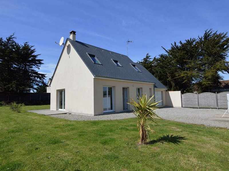 Modern Holiday Home In Denneville with Garden, holiday rental in Saint-Lo-d'Ourville