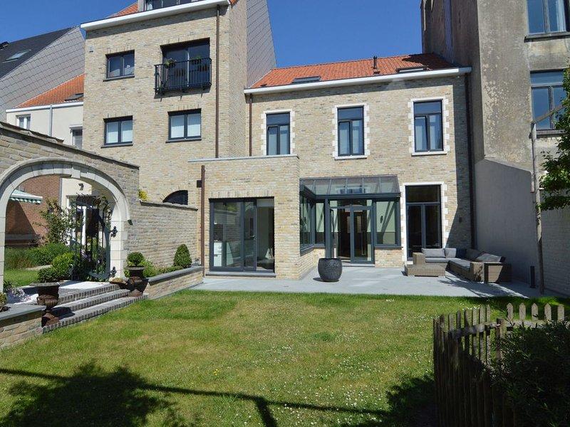Magnificent house with beautiful garden in Knokke-Heist 300 metres from the bea, location de vacances à Zeebrugge