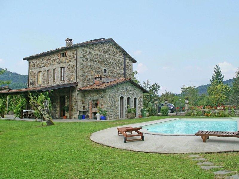 Tranquil Villa in San Romano di Garfagnana with Jacuzzi, location de vacances à Corfino