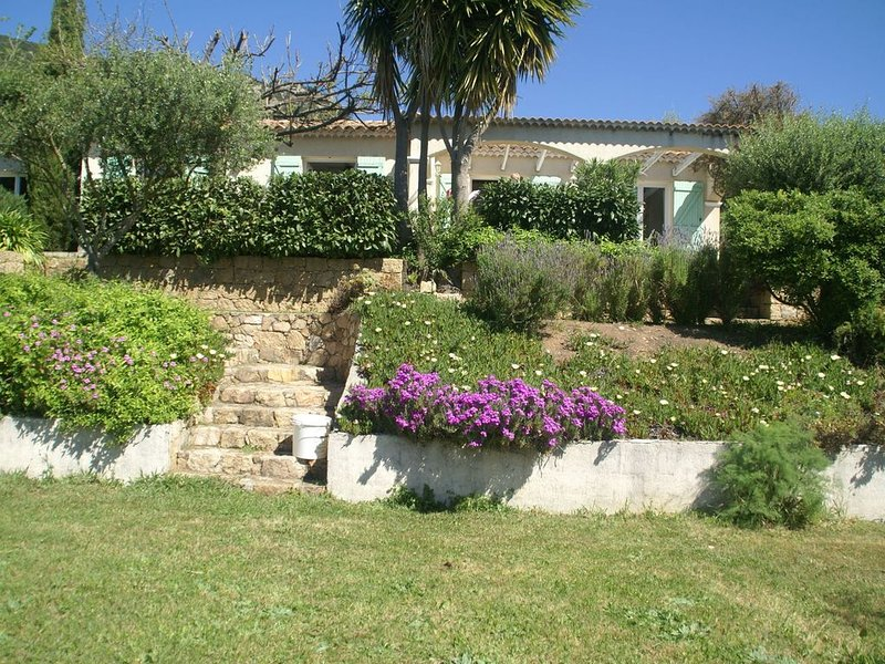 Spacious Villa in Alata with Private Garden and panoramic view, location de vacances à Alata