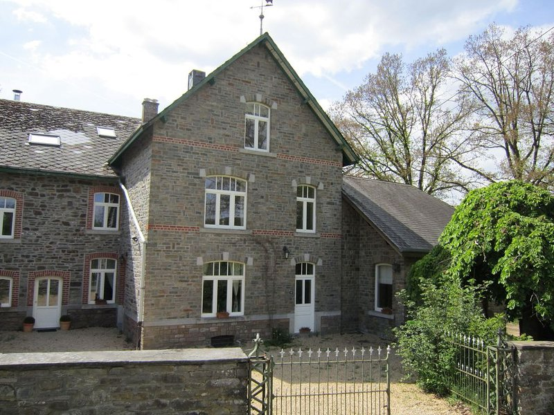 Large cozy cottage with home cinema, situated in a quiet location, holiday rental in Commanster