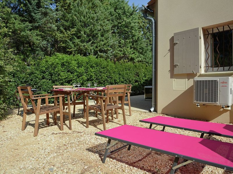 Luxury Villa with Jacuzzi in Carpentras Provence, vacation rental in Carpentras