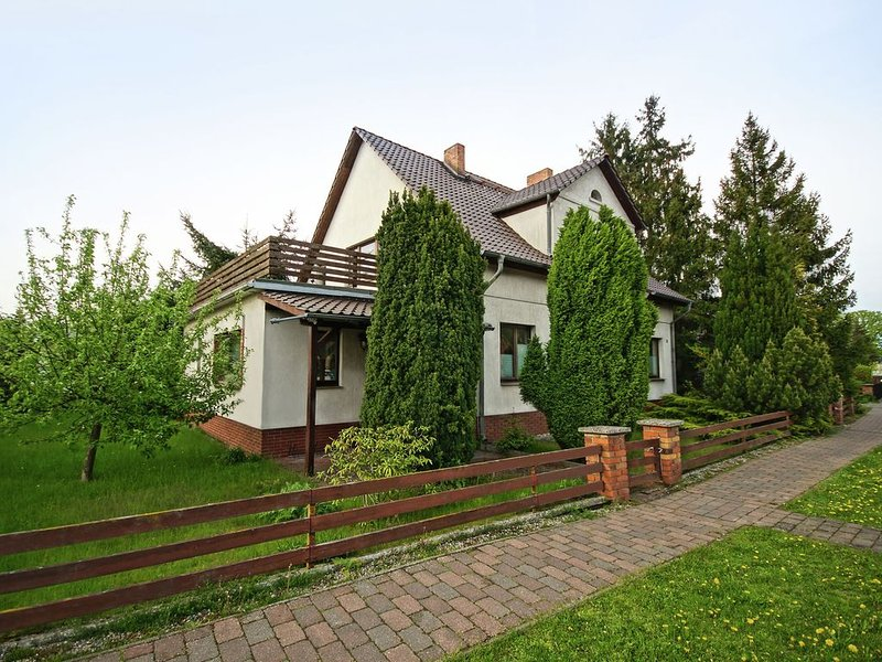 Spacious Apartment in Mönkebude with Private Garden, holiday rental in Usedom