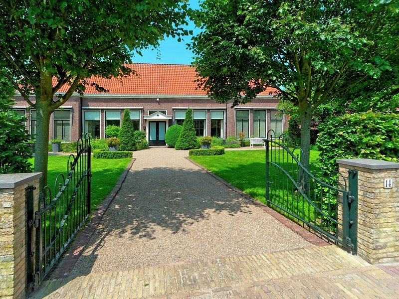 Comfortable cottage in a former school in Hindeloopen, holiday rental in Warns