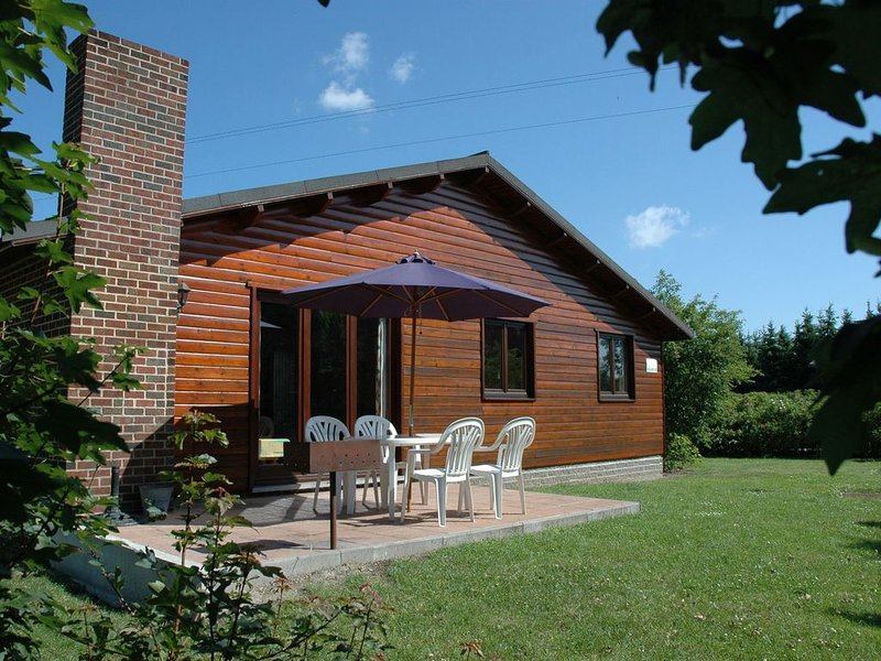 Bungalow 500 m from the Ourthe and from the centre of town., holiday rental in Heure