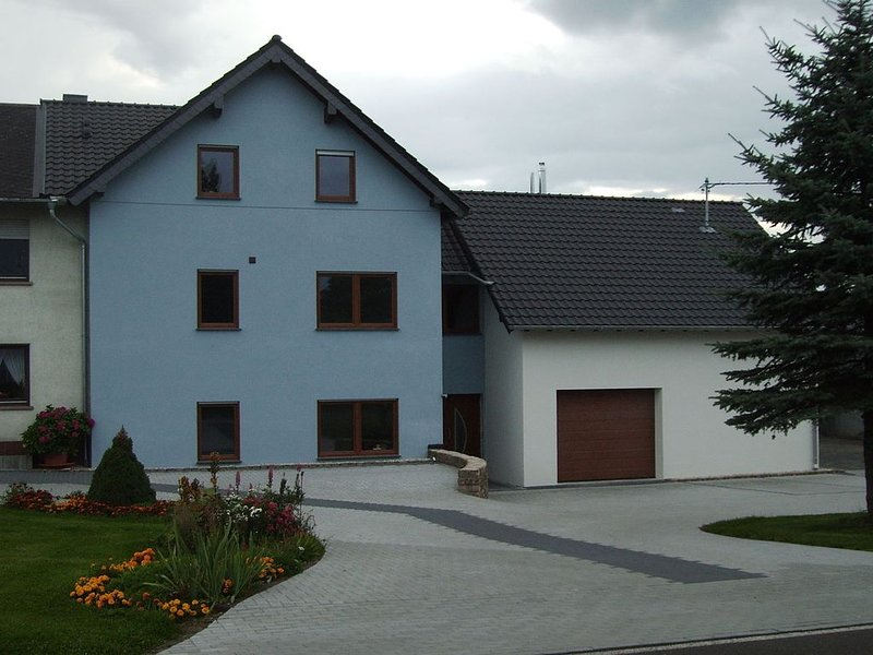 A lovely holiday home in a green environment., holiday rental in Pluetscheid