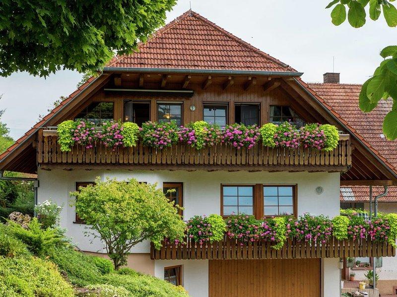 Charming Apartment in Regelsbach with Balcony near City Centre, location de vacances à Schweighausen