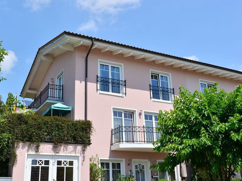 Sunny and luxuriously equipped Mediterranean style house with a southern ambien, vacation rental in Bogen