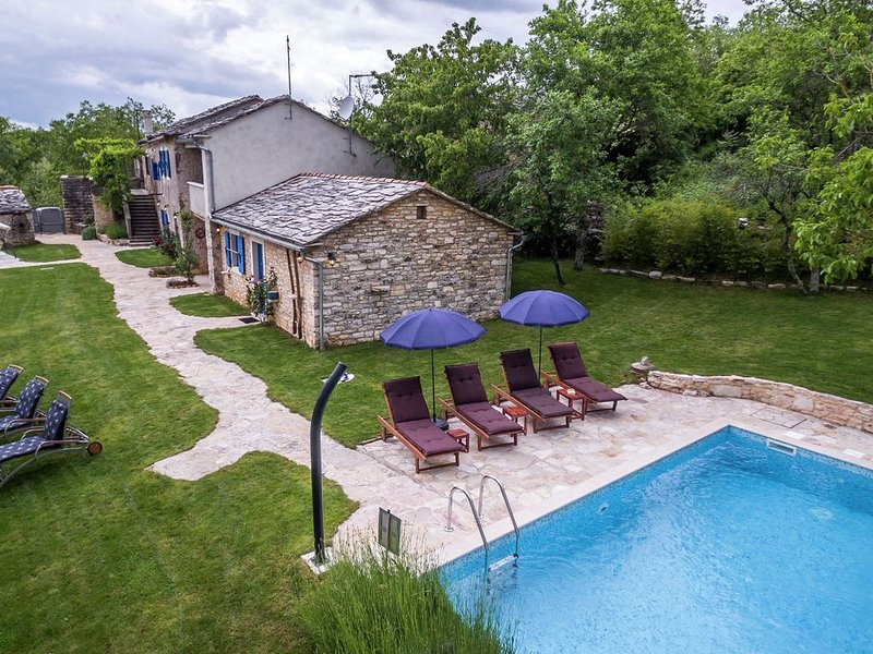 Attractive villa with pool and fenced garden - Privacy Guaranteed, holiday rental in Beram