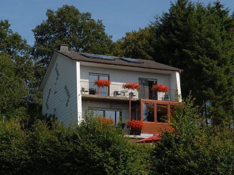 Large house with all you need, including a sauna, nice garden and panorama!, location de vacances à Ambleve
