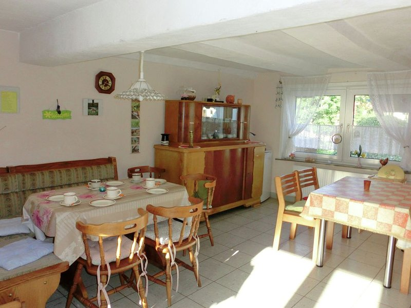 9-person holiday home in a quiet area and with plenty for children to do, aluguéis de temporada em Melsungen