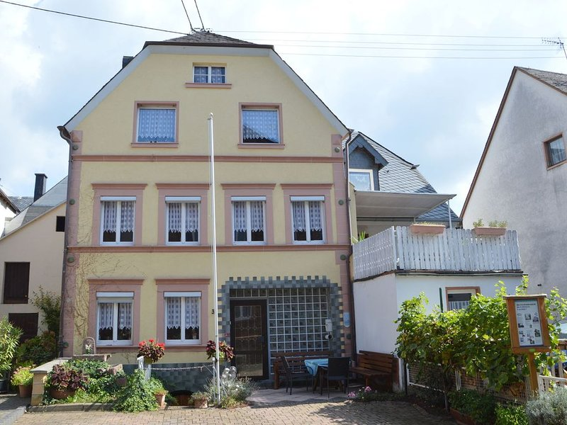 A semi detached holiday home for 8 persons, a stones throw from the Moselle., location de vacances à Urzig