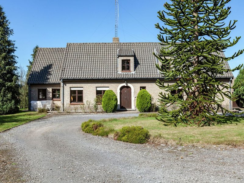 Beautiful villa with large garden and jacuzzi near centre of Bruges., alquiler vacacional en Varsenare