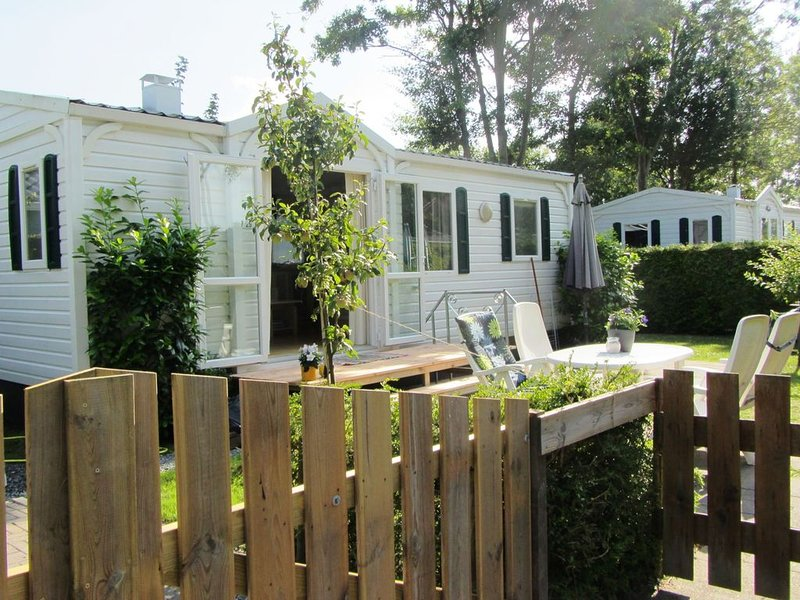 Captivating chalet with a microwave, near the Wadden Sea, alquiler vacacional en Bitgummole
