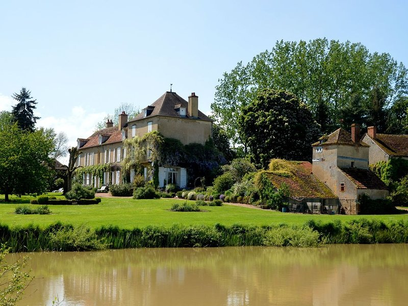 Stunning luxurious country house with billiards room on grounds with a fish pond, holiday rental in Verneuil