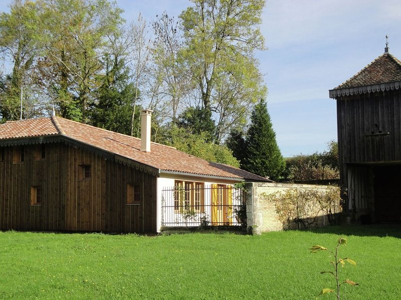 Holiday home with swimming pool in noble castle with estate, near Nettancourt, holiday rental in Chaumont-sur-Aire