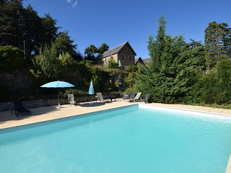 Former coach house in a castle with park garden, swimming pool in North Ardeche, casa vacanza a Gluiras
