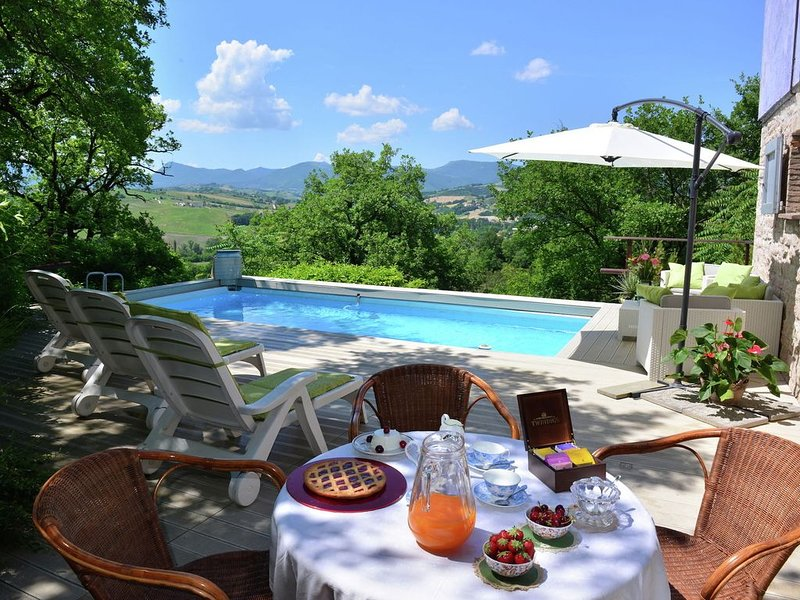 Beautiful house with private swimming pool, spacious garden and beautiful surro, holiday rental in Genga