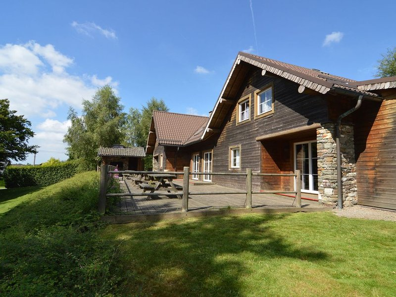Very large chalet with a sauna, many playing options and spacious garden, casa vacanza a Ovifat