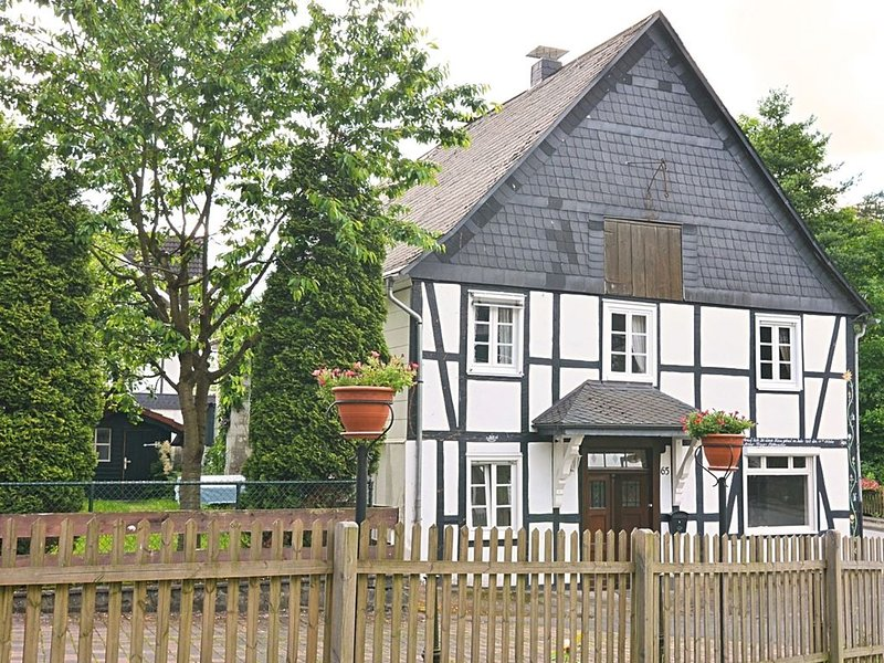 Detached holiday home in the Sauerland region - fenced-in garden with garden fu, vacation rental in Olsberg