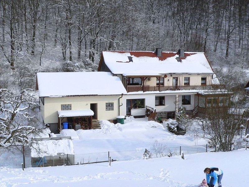 Holiday home with terrace, beautiful natural garden and playing opportunities f, location de vacances à Korbach