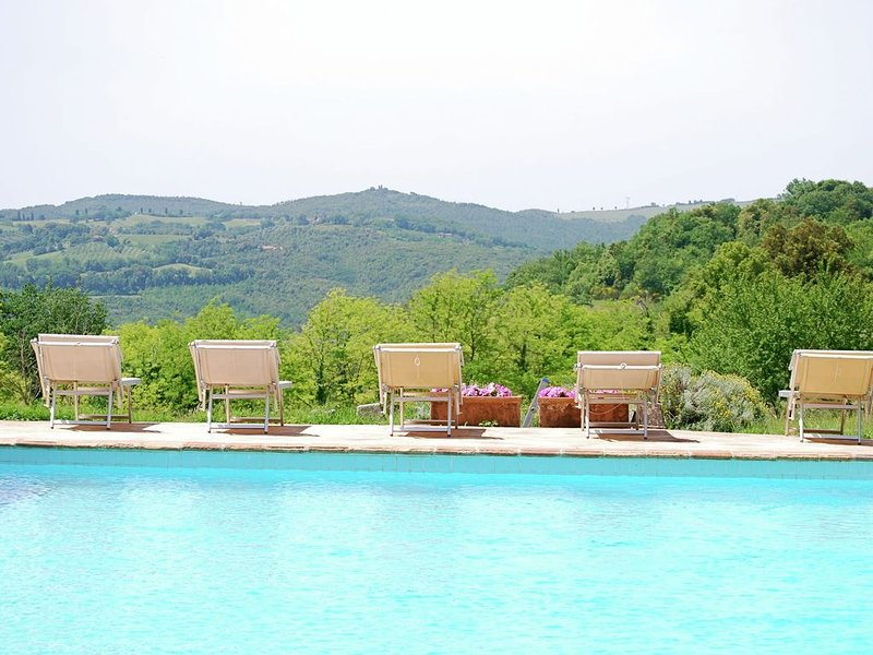 In the hills of San Gimignano, a swimming pool for relaxing with a unique view, holiday rental in San Gimignano