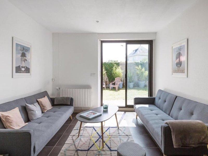 Jolie Maison de 100 m2 à 300 mètres des plages  avec jardin plein sud, vacation rental in Dinard