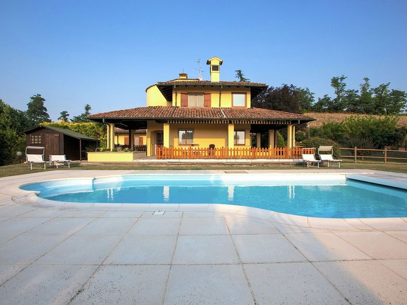 Detached villa with pool within a farm ground, in quiet hillside, holiday rental in Gragnanino