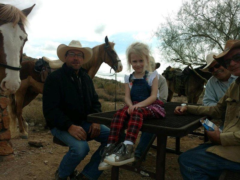 Diese Cowboys machen meiner tapferen kleinen Olivia keine Angst!
