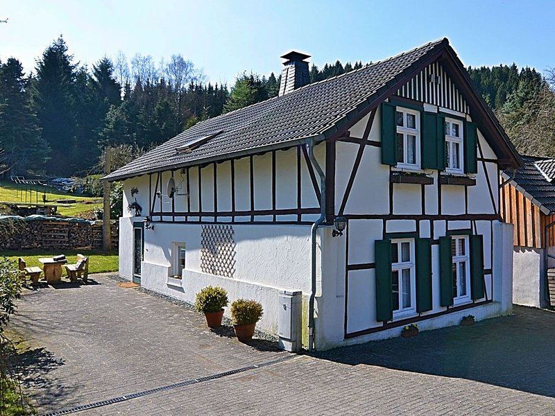 Lovely renovated traditional German half-timbered farmhouse in a great location, holiday rental in Mohnesee