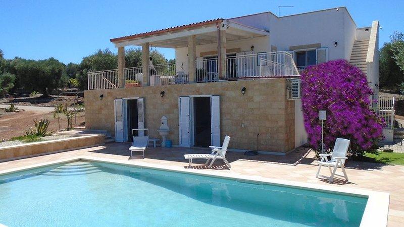 Villa rurale con piscina privata, vista mare tra gli ulivi secolari+WiFi Free, vacation rental in Carovigno