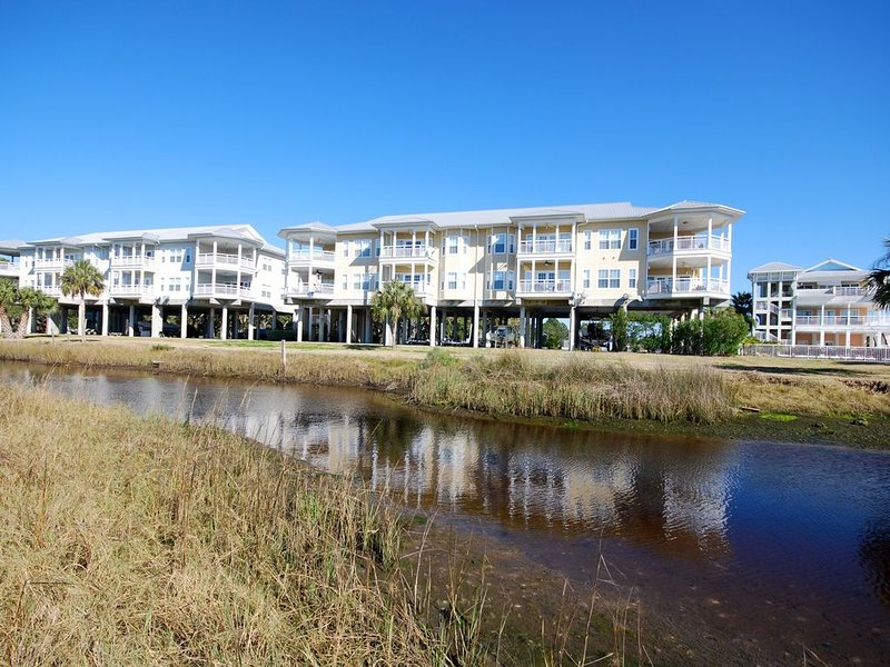 Gulf Breeze Condo 106, Overlooking the Gulf of Mexico- Boat Slip Included, holiday rental in Salem