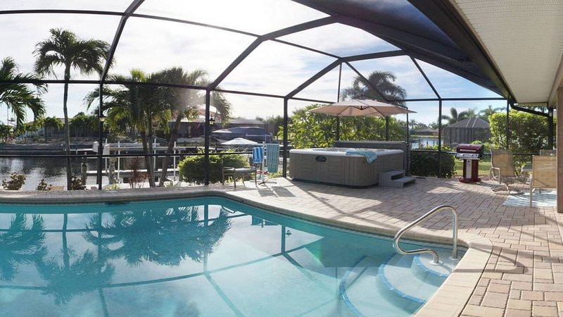 HOT TUB, Outdoor bar. Saltwater Heated Pool, Spacious Inside and Out!, alquiler de vacaciones en Cape Coral