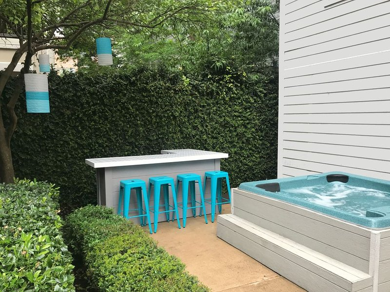 Midtown 3/3 Townhouse in the Heart of it All - Patio With Bar & Hot Tub!, holiday rental in Houston