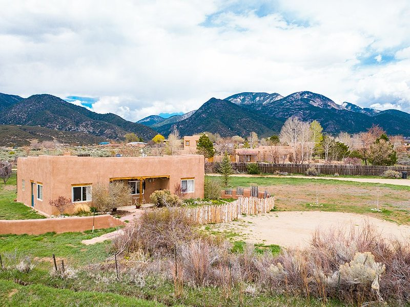 Stella Luna - in the Lap of Taos Mountain!, holiday rental in Taos