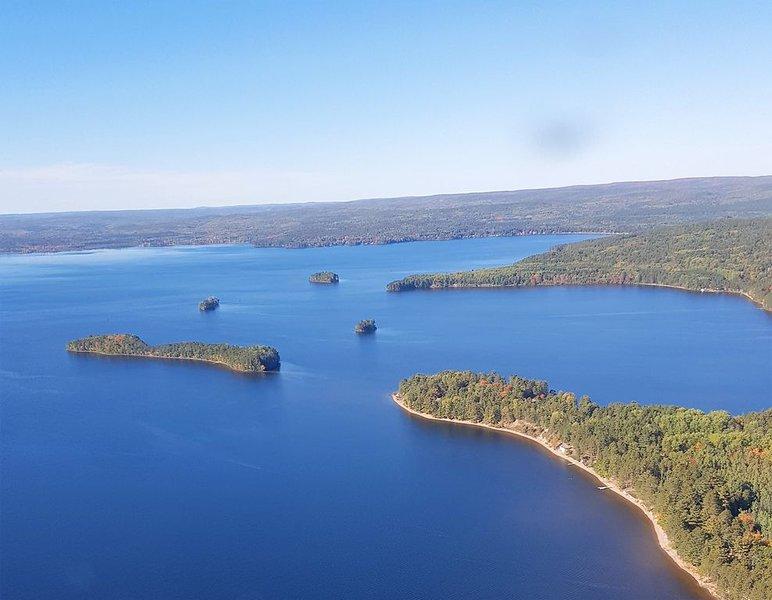 Flächenansicht von rundem See