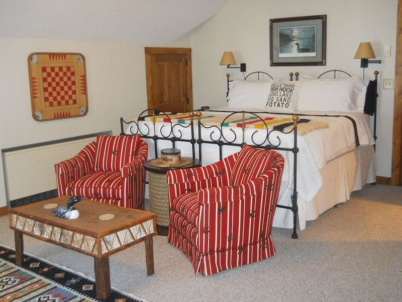 Luxurious, private suite .Park like setting on FishHook Lake, 2 miles to town., alquiler vacacional en Park Rapids