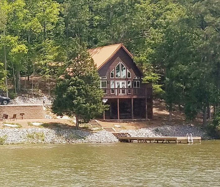 Beautiful New Lake Cabin!, holiday rental in Elmore