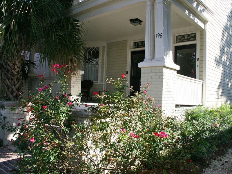 Stay in Luxury. Eat, Shop W/Locals-King Street just 5 Blocks Away, vacation rental in Charleston
