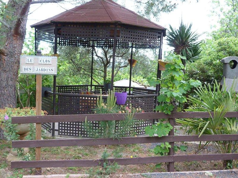 Villa à La Campagne avec belle piscine, trois jardins et parking privés  clos., location de vacances à Céret