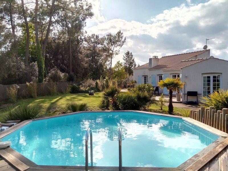 Maison avec piscine chauffée au cœur de la forêt, vacation rental in Saint-Jean-de-Monts