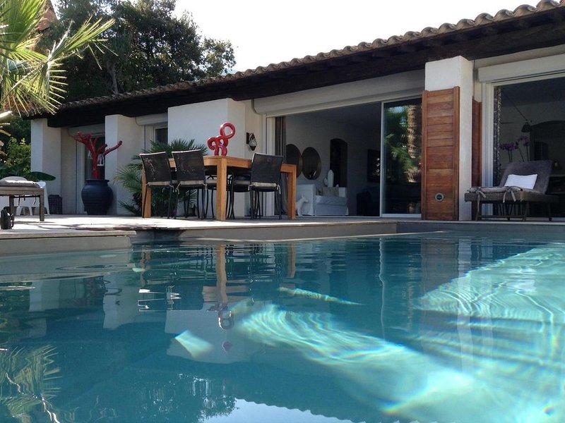 BELLE VILLA GRAND CONFORT AVEC PISCINE CHAUFFEE A DEBORDEMENT, holiday rental in Cavalaire-Sur-Mer