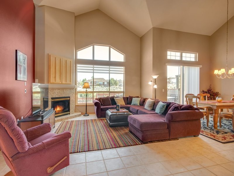 Lovely townhouse w/ private hot tub & shared pool, adjacent to golf course, holiday rental in Redmond